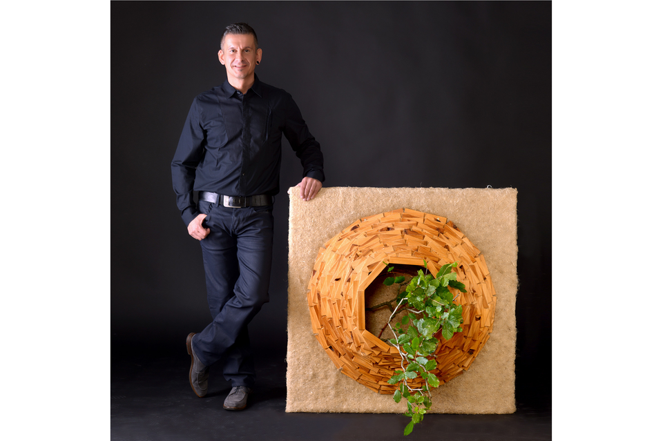 """Bild: Der Künstler Markus Alexander Reinhold und eines seiner Werke aus der Ausstellung """"Urban Nature"""" im Jungen Hotel Hamburg"""