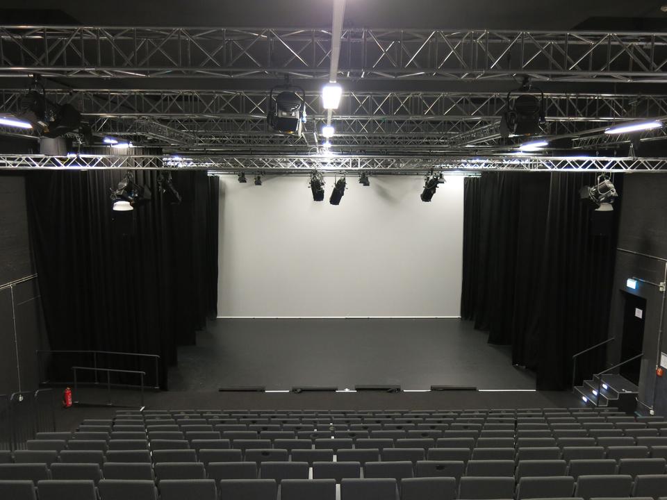 Bild: First Stage Theater - Blick in den Saal