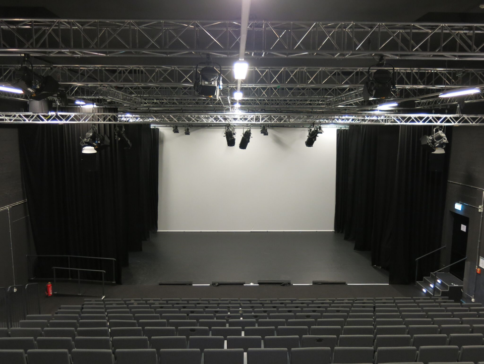 Bild: First Stage Theater - Blick in den Saal
