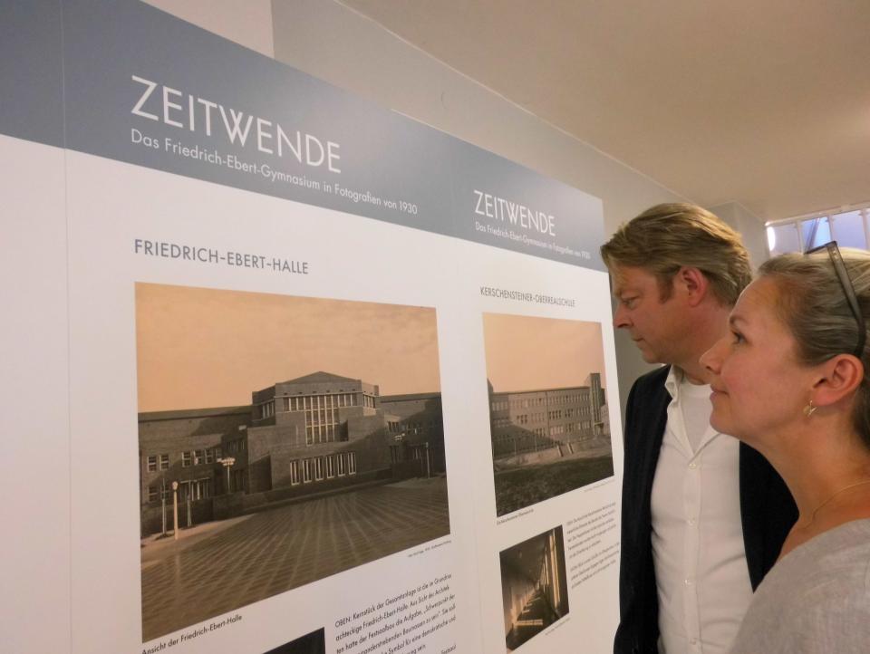 Bild: Besucher in der Ausstellung