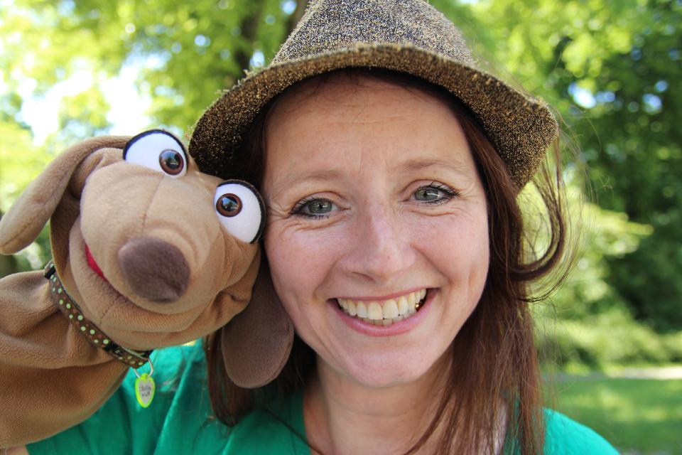 Bild: Puppenspielerin Maya Raue mit ihrer Hauptfigur Kollin Kläff