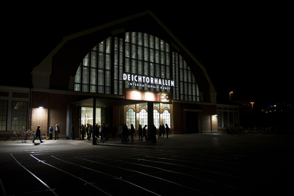 Bild: Die Halle für aktuelle Kunst bei Nacht
