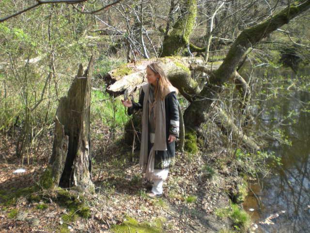 Bild: Kräuterfrau im Wald