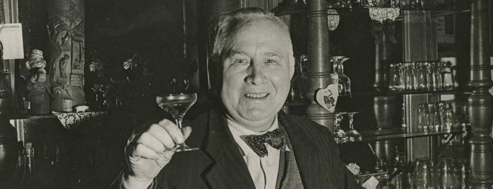 Bild: Christian Warlich an der Theke seiner Gaststätte , ca. 1960,Foto: SHMH.