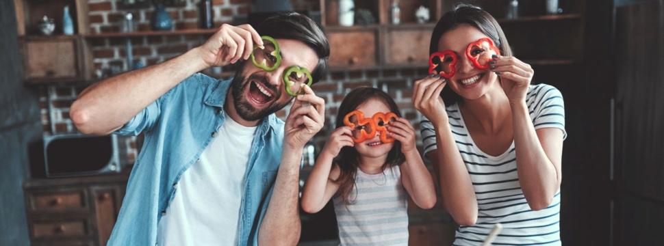 Familie in der Küche, © iStock.com/Vasyl Dolmatov