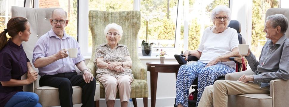 Gespräch mit Betreuerin in der Lounge eines Seniorenheims, © iStock.com/monkeybusinessimages