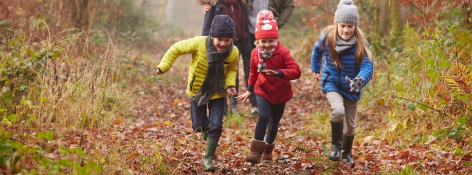 Kinder im Wald, © iStock.com/monkeybusinessimages