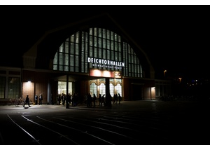 Die Halle für aktuelle Kunst bei Nacht