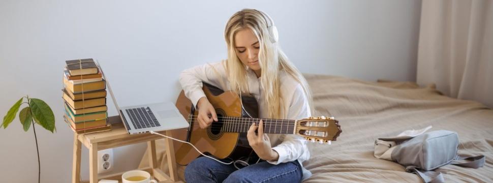 Gitarre spielen ist ein beliebtes Hobby, © Dmytro Buiansky