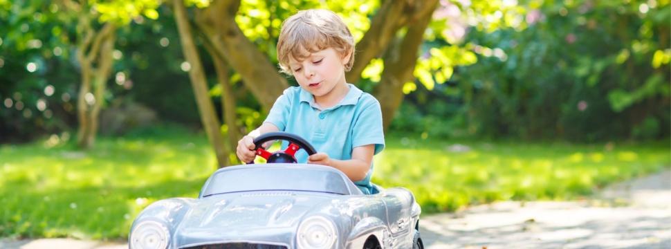 Kind im Miniauto, © iStock.com/romrodinka