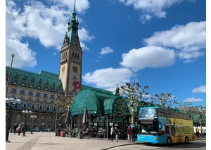 Stadtrundfahrtbus am Hamburger Rathaus