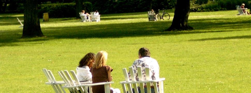Stühle auf den Alsterwiesen, © hamburg-magazin.de