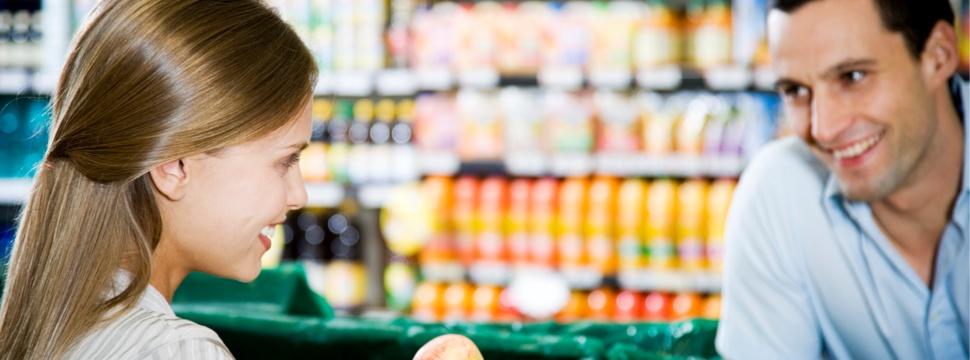 Flirt im Supermarkt, © iStock.com/FlairImages