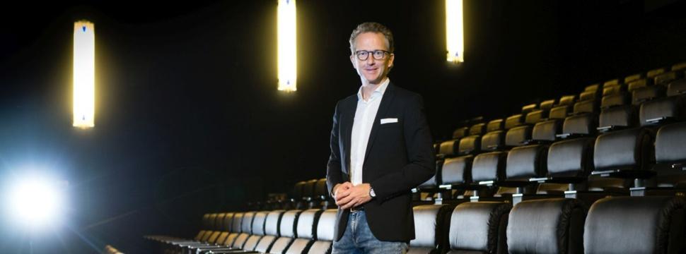 Frank Thomsen vor den neuen Recliner Sitzen im CinemaxX Kino, Pressefoto