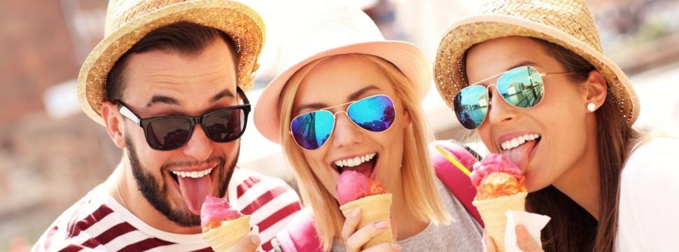 Mit Freunden in einem der vielen Eiscafés ein Eis essen gehen, © iStock.com/macniak
