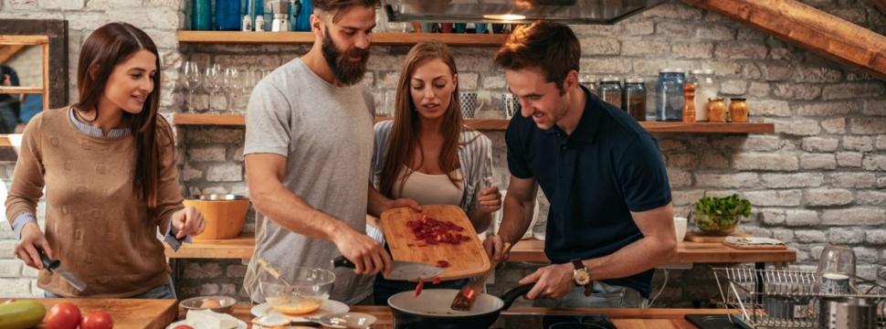 Gemeinsam Kochen, © iStock.com/bernardbodo