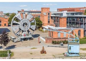 TRUDE und Außenansicht des Museums der Arbeit