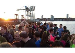 Das Partyschiff fährt dem Sonnenuntergang entgegen