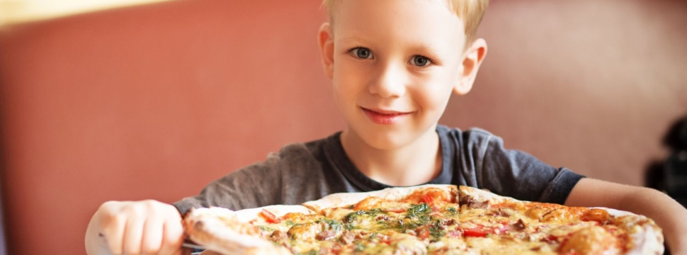Kind mit Pizza, © iSock.com/Nata Zhekova