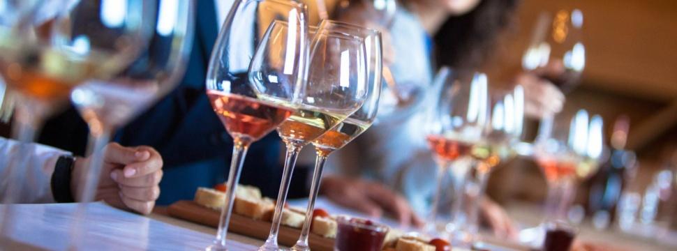 Weinverkostung, © iStock/LukaTDB