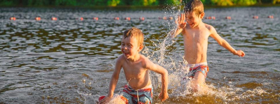 Kinder baden im See, © EvgeniiAnd / iStock.com