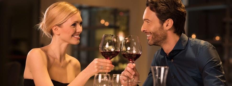Paar stößt im Restaurant mit Wein an, © iStock.com/Ridofranz