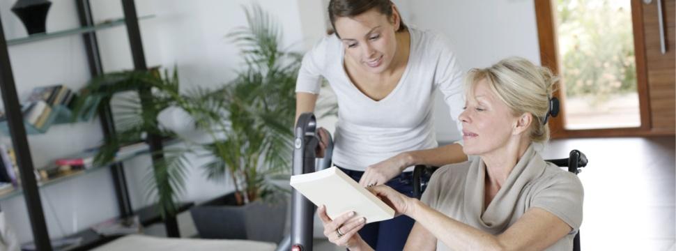 Erweiterte betreuungsbedarfe Frau in Rollstuhl mit Hilfe, © Notmütterdienst