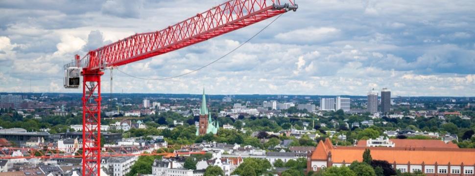 Kran über Hamburg, © iStock.com/Fokusiert